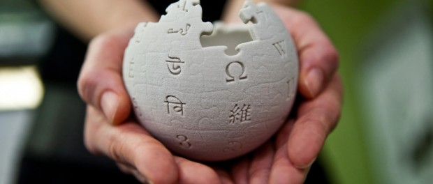 Image of 2 hands holding a globe symbolizing the wikipedia icon